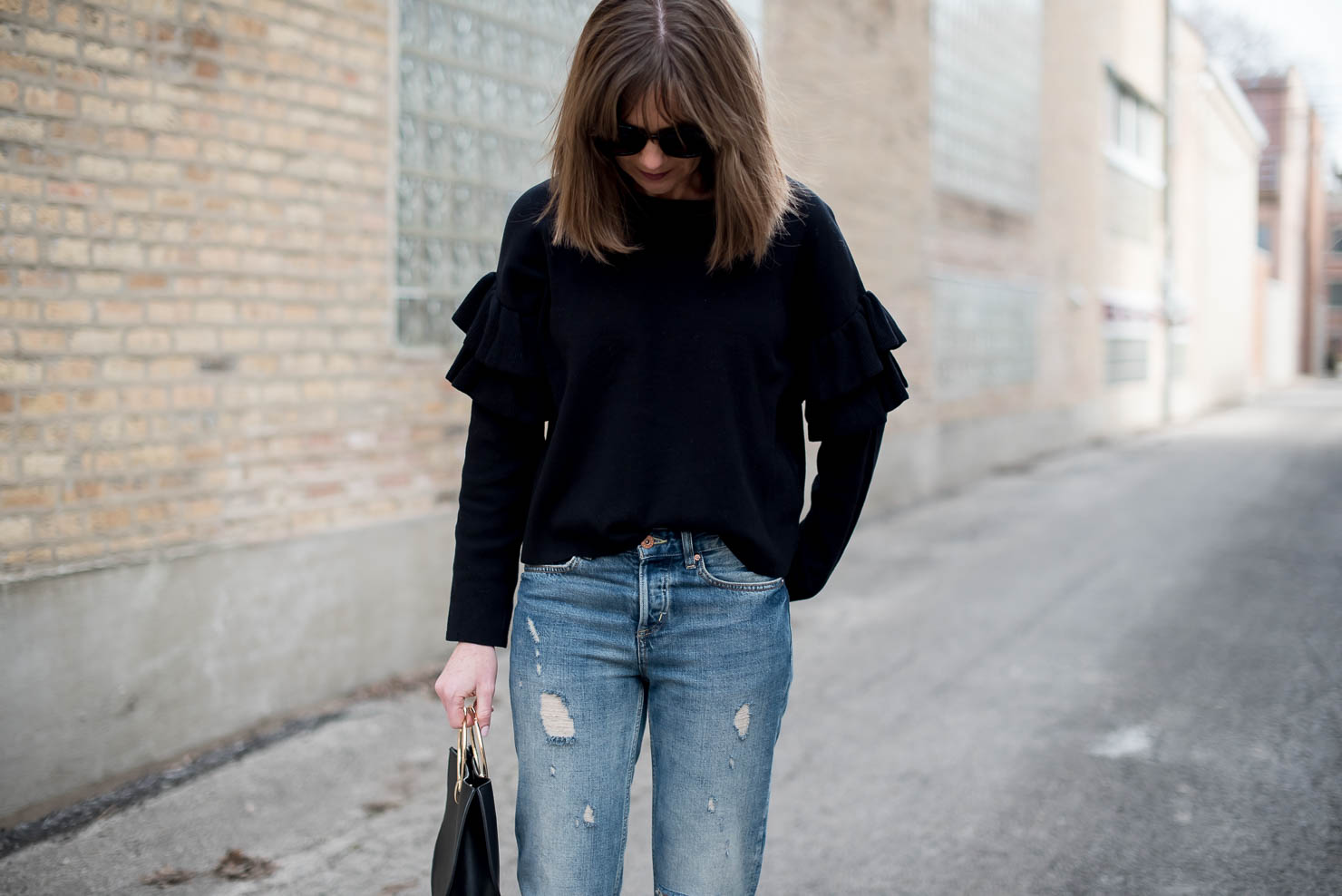 h&m-spring-fashion-2017-transitional-fashion-back-to-basics-ruffle-sleeve-sweater-boyfriend-jeans-minimalist-style