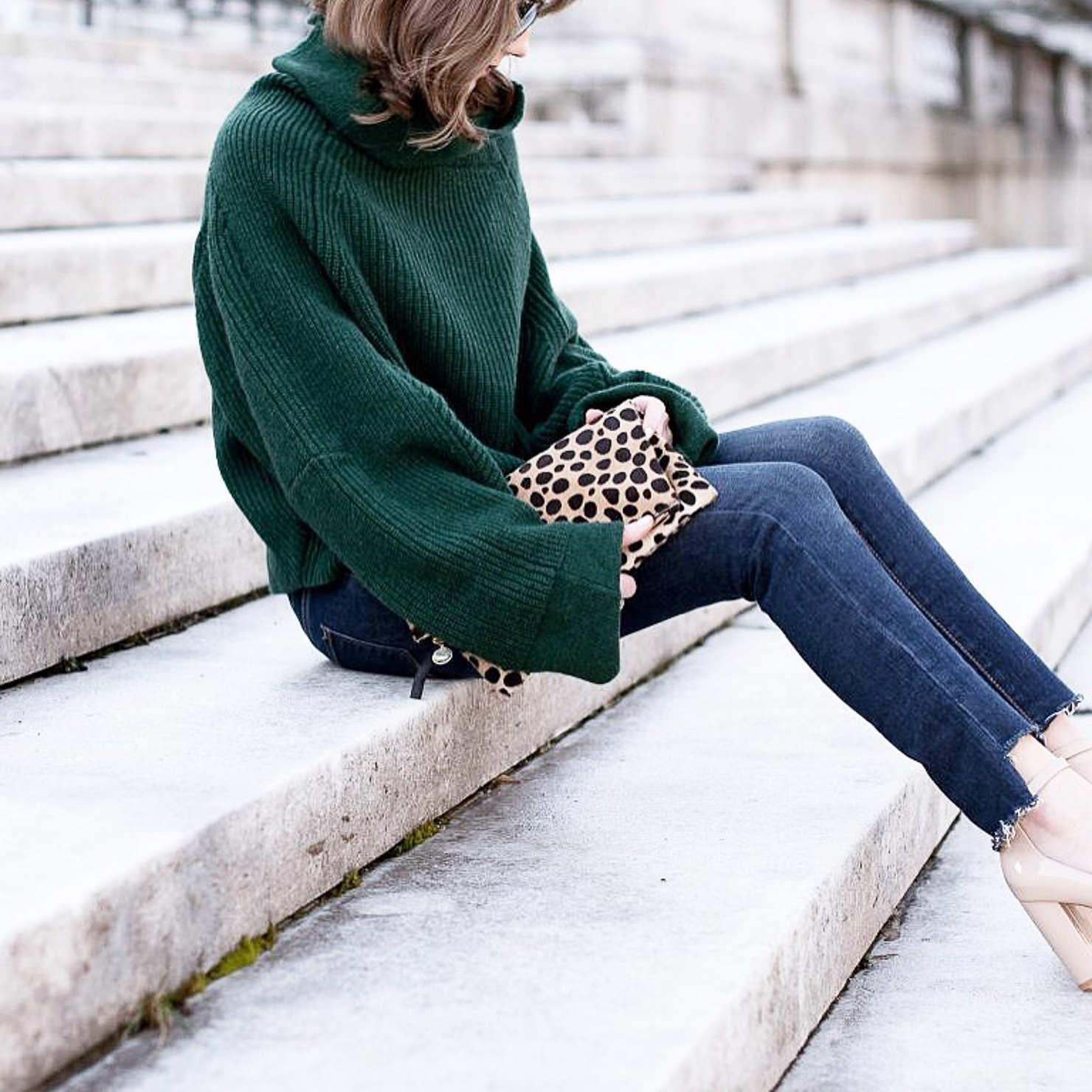 instagram-spring-2017-how-to-shop-my-instagram-with-like-to-know-it-screenshot-oversized-sweater-staggered-hem-jeans-clare-v-leopard-clutch
