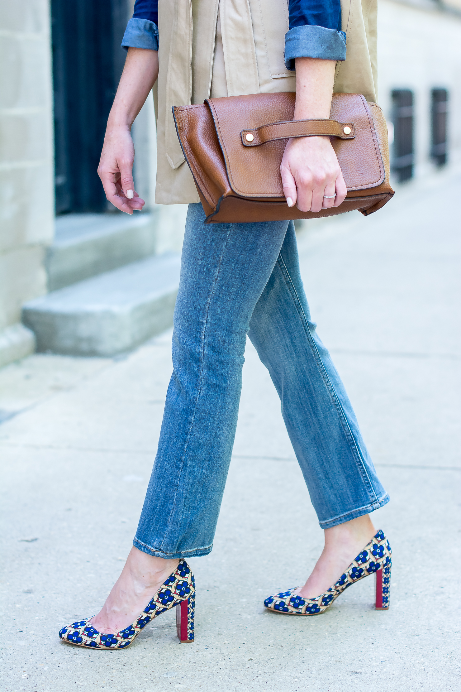jcrew-cape-trench-dark-blue-chambray-hm-kick-flare-jeans-nine-west-printed-round-toe-pumps-zara-clutch-6