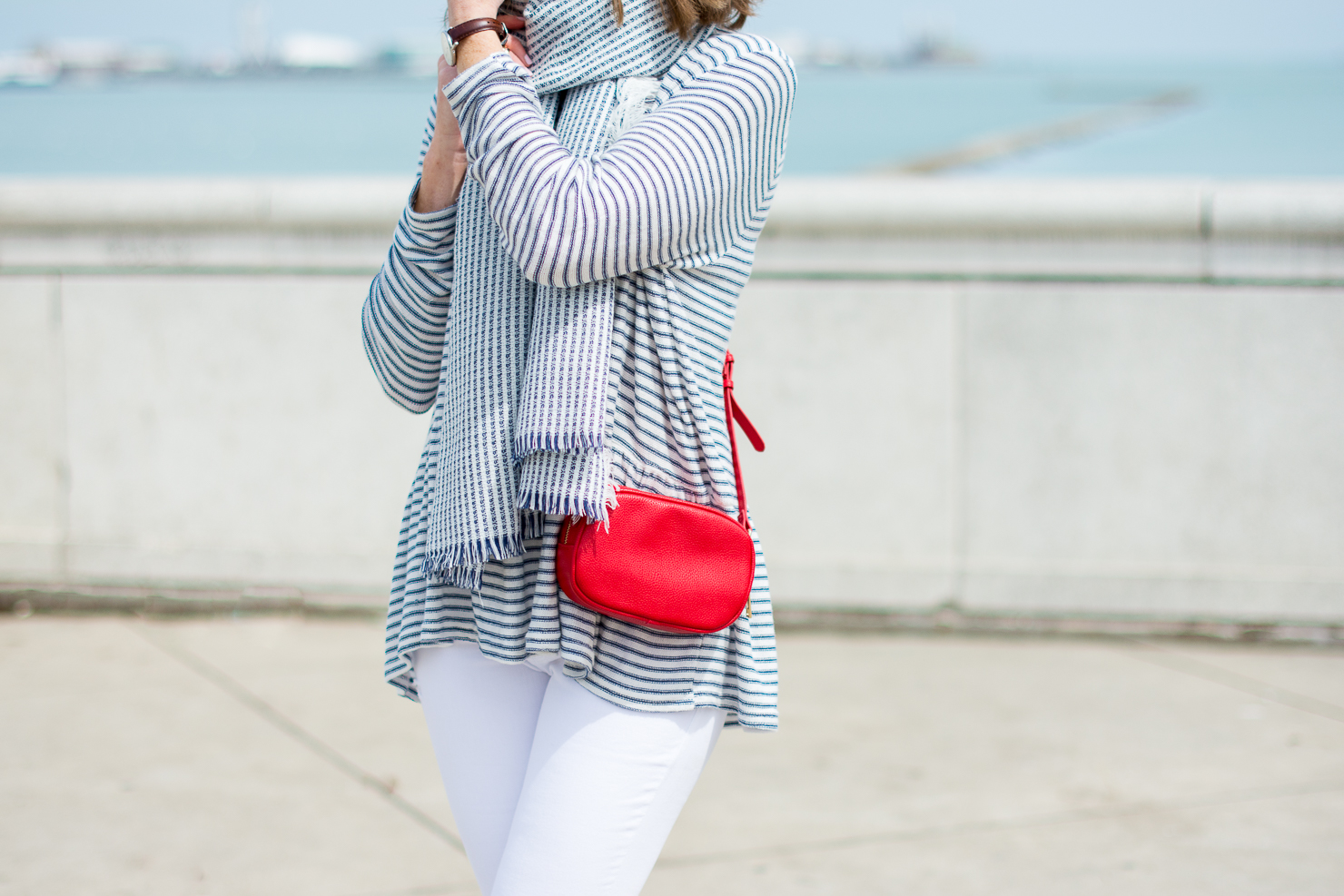 stripes-by-the-sea-chicago-shedd-aquarium-new-look-striped-peplum-sweater-forever-21-navy-striped-scarf-white-skinny-jeans-red-crossbody-gucci-dupe