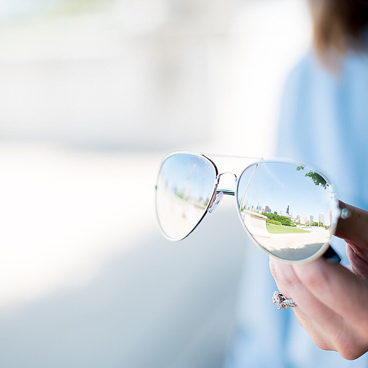 city-skyline-relected-in-sunglasses-chicago-skyline-mirrored-aviators