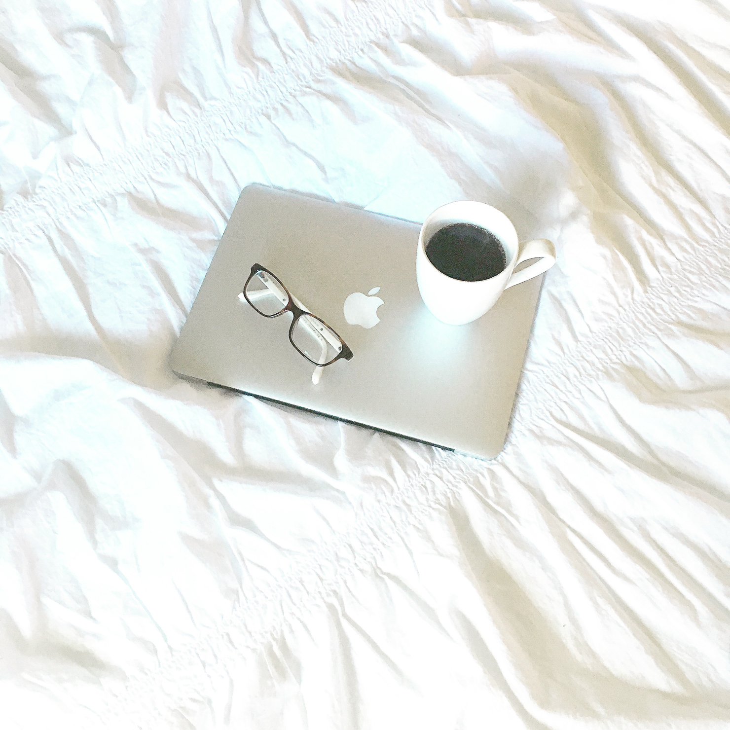 macbook-on-bed-with-coffee