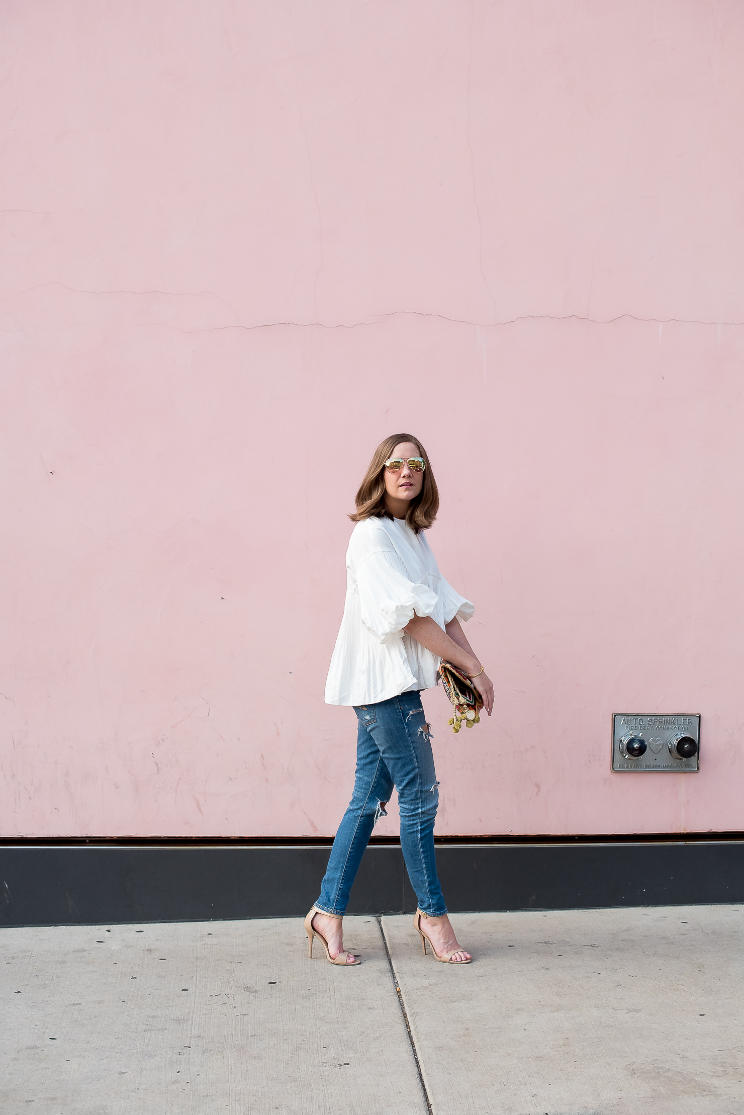 style-mafia-cecile-blouse-distresed-jeans-pink-wall-antik-batik-clutch-rose-gold-mirrored-aviators