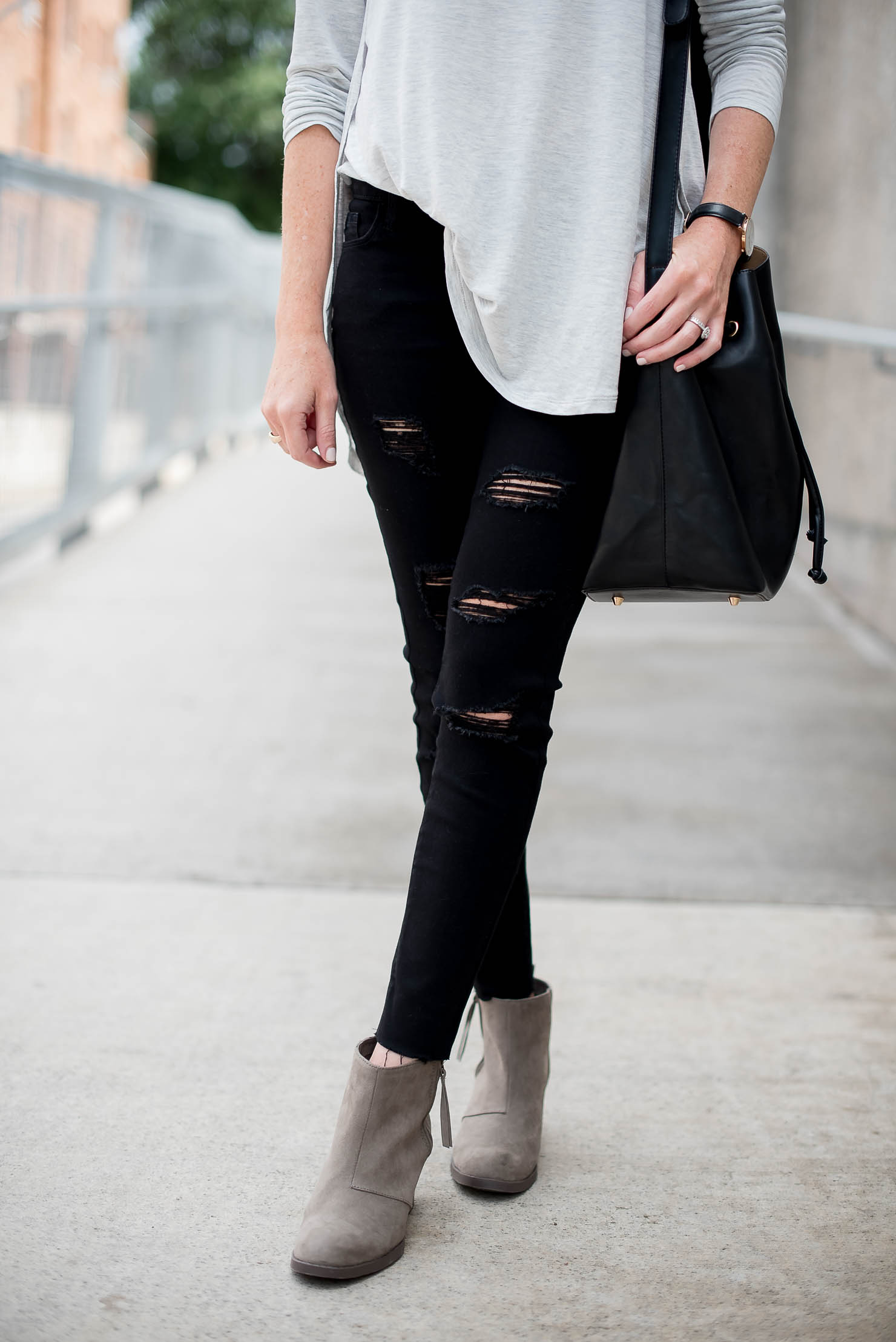 old-navy-tulip-hem-tee-old-navy-black-distressed-skinny-jeans-old-navy-booties-back-to-school-fall-fashion-14