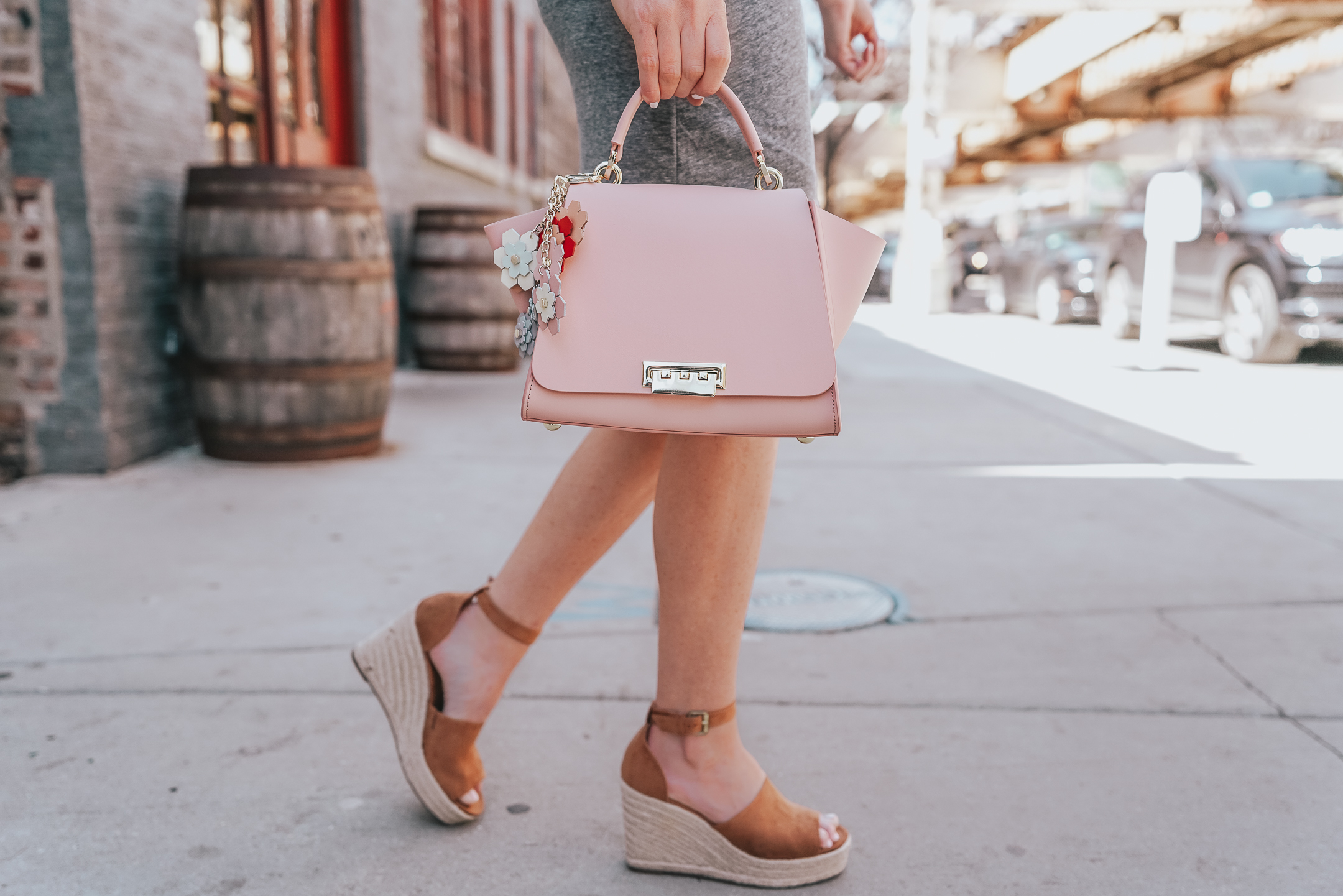 when to buy into a trend, styling the insta famous leith ruched dress, easy casual summer outfit, perfect summer outfit formula, ZAC zac posen satchel