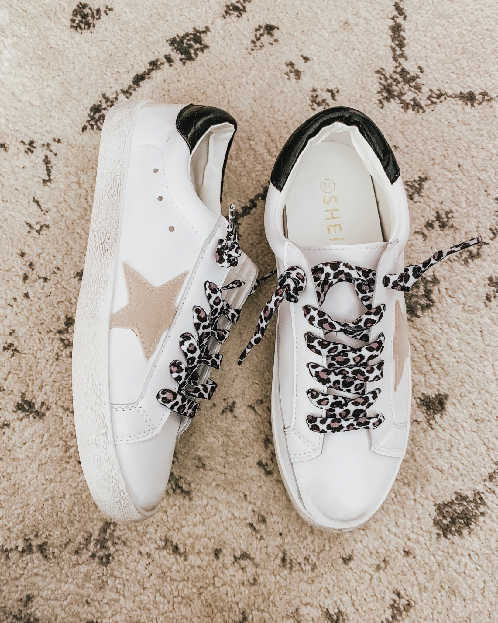transitional fall outfits, Golden Goose dupes, white sneakers, star sneakers, leopard shoe laces